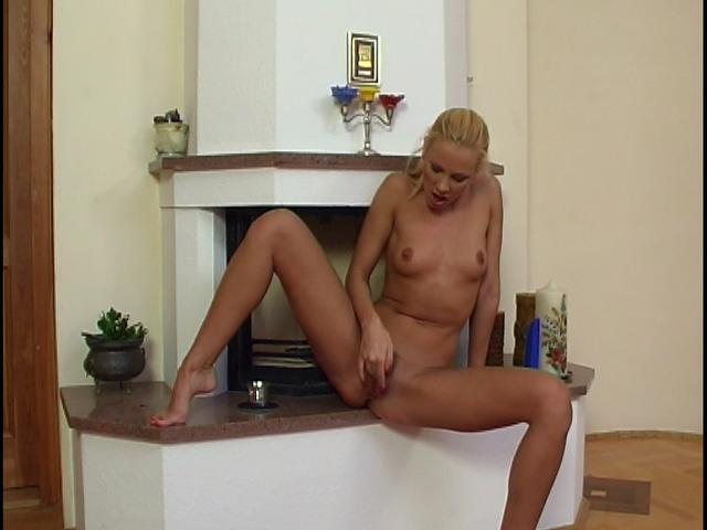 Amazing blonde chick rubbing and dildoing her bald quim